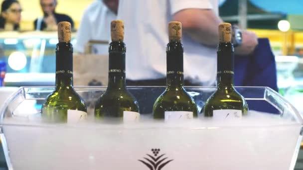 Vendéglátás csapos olasz finom borosüvegek borászat ülés sommelier pincér szolgálja fel a bor emberek tiszta szemüveg háttér