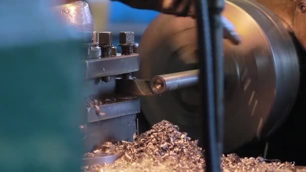 Hűtési technológia. Eszterga-művelet során. Egy modern gyár. Szerszám Webáruház. Turner szakma