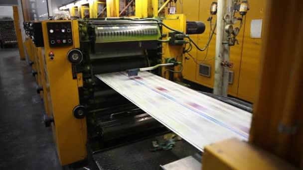 Videoklip z tisku továrny. Kilometrů z novin. Tiskařské stroje v provozu.