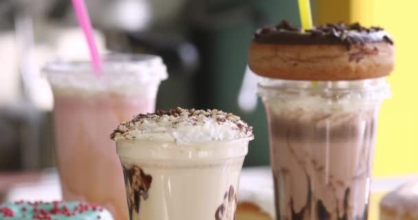 Mléčné koktejly s koblihy pro jídlo v kavárně