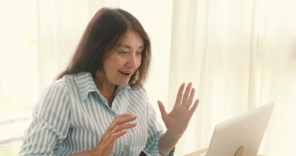 Starší žena jásali úspěch laptop
