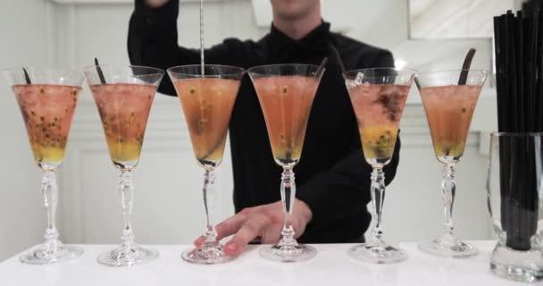 Kellner gießt Champagner in Gläsern