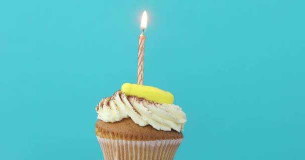 Geburtstagskuchen mit einer einzigen gelben Kerze