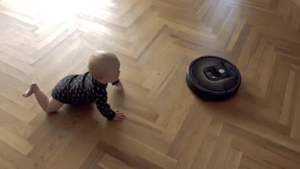 Dítě versus vakuové Robot čistič