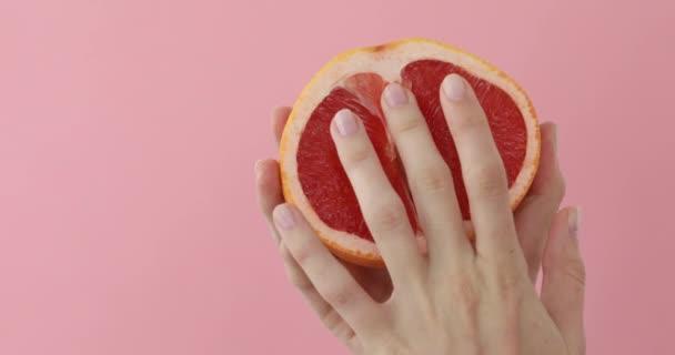 utánzás szex. maszturbáció koncepció. nő fondles grapefruit