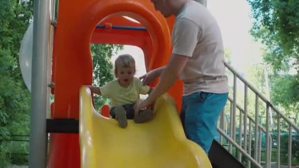 Dětské posuvné dolů posuňte tátu pojišťuje a pomáhá