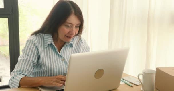 fröhliche Geschäftsfrau mit Laptop feiert Neujahr