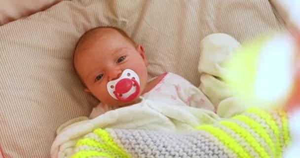 Novorozené dítě v postýlce, díval se na mobilní nadzemní