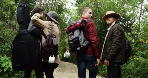Skupina mladých lidí, kteří stáli v lese