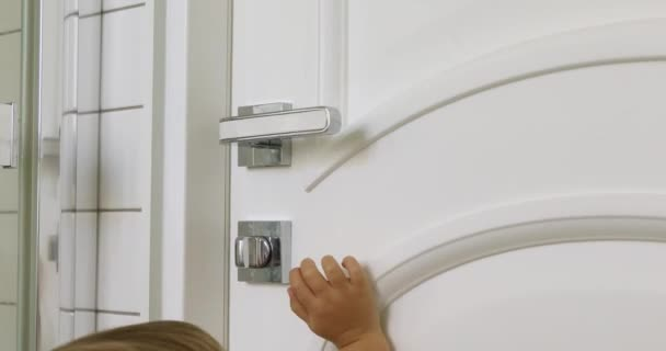 Dítě otevírá dveře