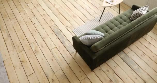 Pohovka a stůl v obývacím pokoji