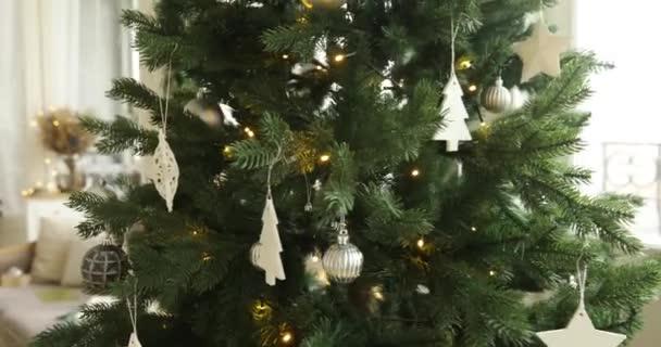 Vánoční strom a gauč nedaleko windows