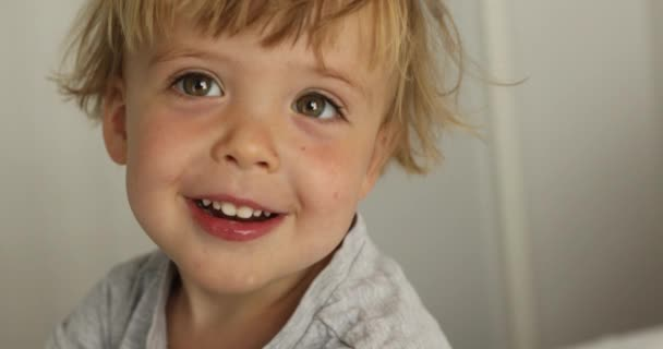 Rozkošný šťastný chlapeček se dívá na kameru