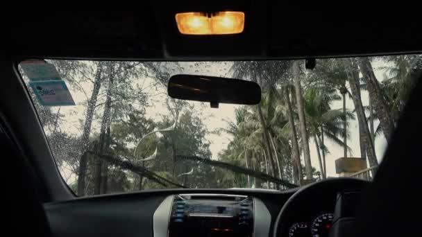 auto narazilo stěrače déšť