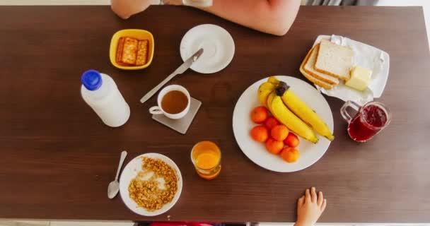 Dospělý a dítě snídat doma