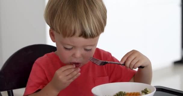 Baby isst Spaghetti zu Hause