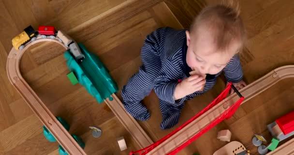 Dětská hra se zobrazením na dřevěném vlaku