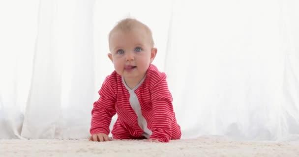 niedliches Baby mit leuchtend blauen Augen kriechend