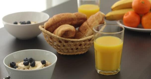 Tradiční snídaně na bílém stole