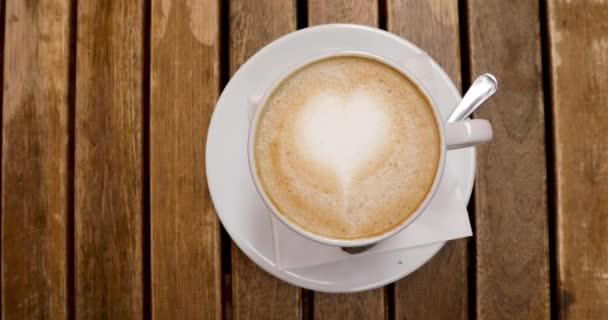A cappuccino csésze felülnézete latte art-val