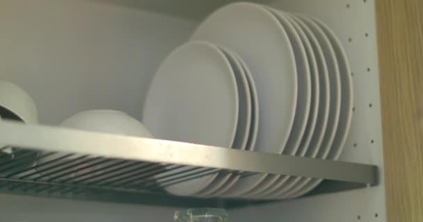 Nő üzembe fehér lemezek mosogatógépben