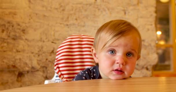 Holčička položila hlavu na stůl