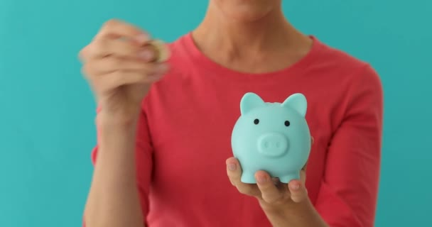 Pozitív nő üzembe érme piggybank, tervezési költségvetés, a pénzügyi megtakarítások