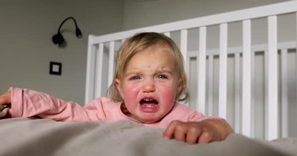 Aranyos kisgyermek sír a hálószobában