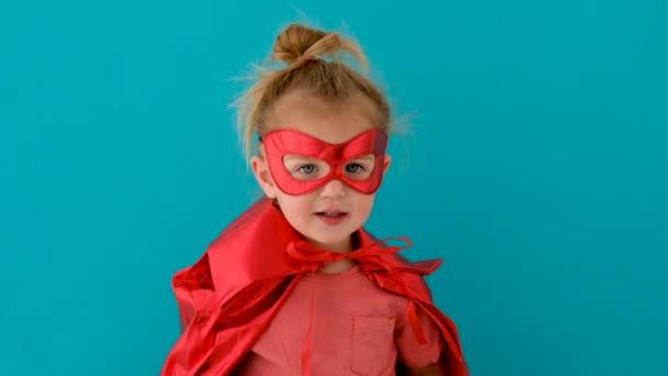 Vicces lány piros szuperhős jelmez maszk hullámok kéz