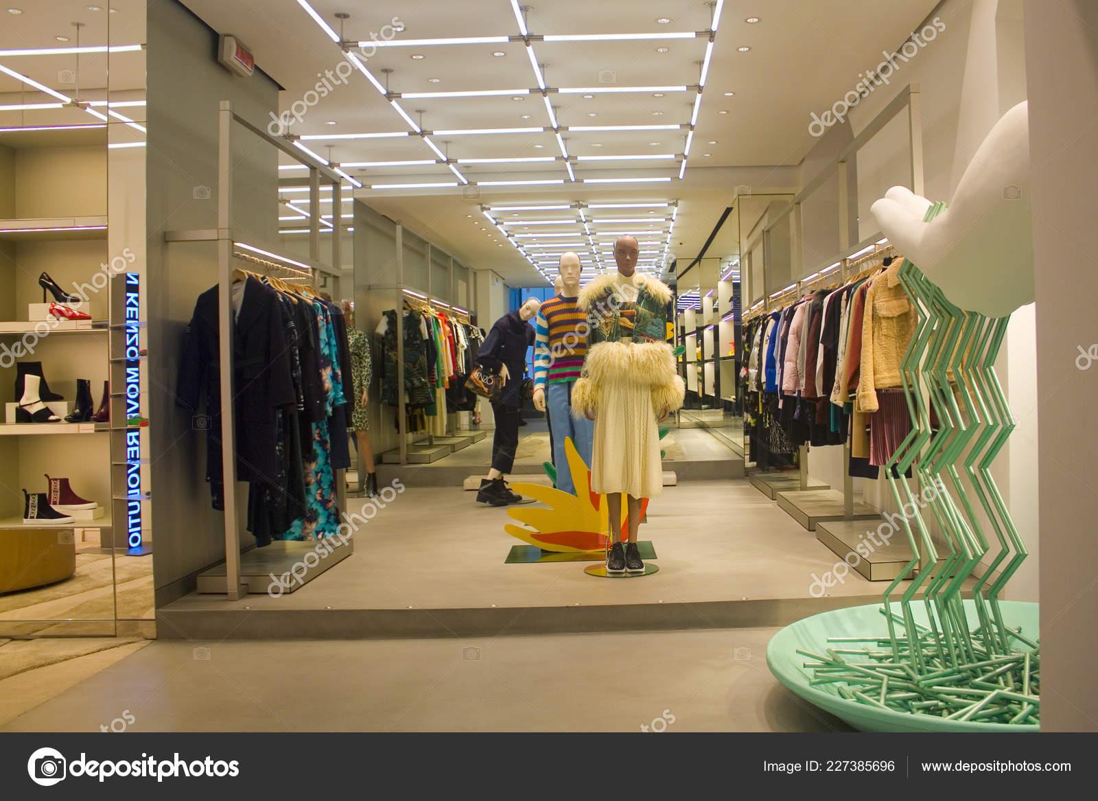 sports shoes b17b7 b5204 Italia Milano Novembre 2018 Splendidamente Decorate Vetrina ...