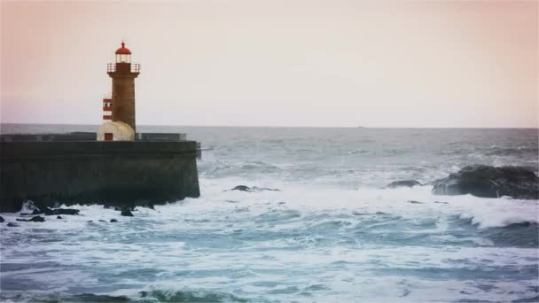 Starke Wellen brechen um die Seebrücke, den Leuchtturm am Ufer des Atlantiks