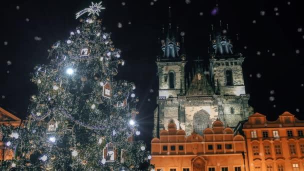 Vánoční strom poblíž Týnský chrám v Praze