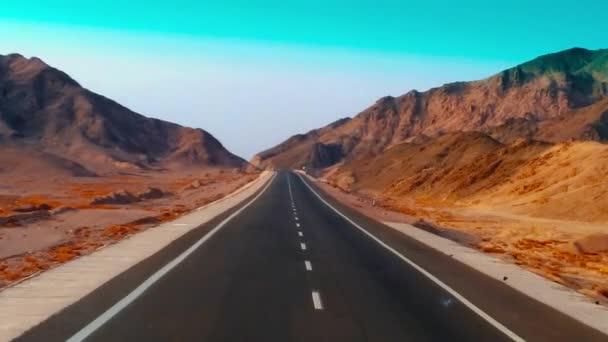 Moderní dva lane opuštěné silnice. Silniční, kameny a písek