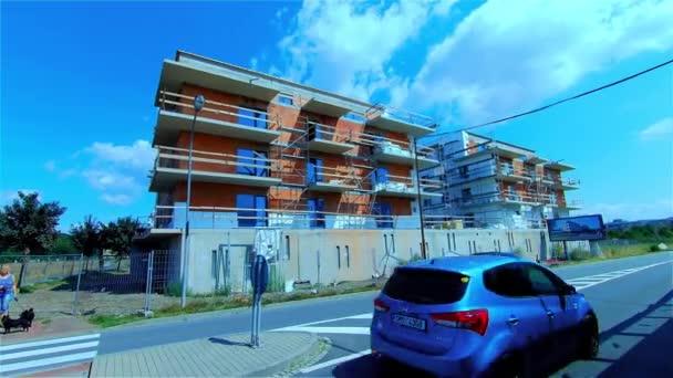 A kis lakópark építése, apartmanház