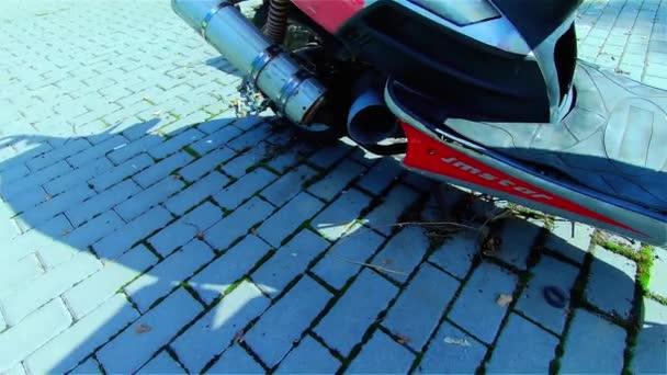 Stará Rusty motocykl ve městě