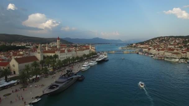 Trogir, krásné sladké město v Chorvatsku. Jaderské moře. Letecký pohled na 4 k