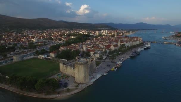 Trogir, krásné sladké město v Chorvatsku. Jaderské moře. Letecký pohled na 4 k.