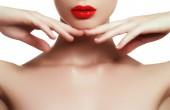 Portrét mladé ženy krása izolovaných na bílém pozadí. Krásný model dívka s krásy makeup, červené rty a dokonalé čerstvé kůže. Péče o pleť. Lázně dívka