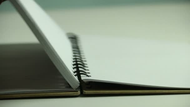 Detail otevřená kniha s prázdnou stránku