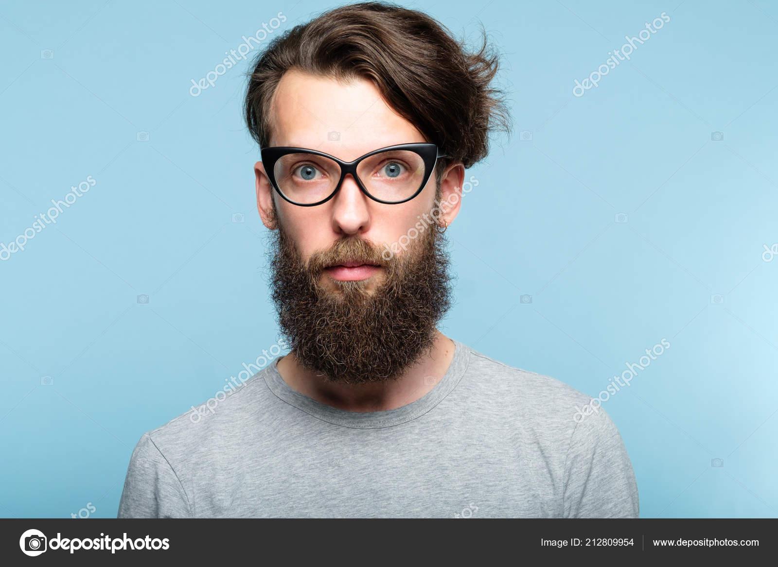 3ccceaaabe Guy de hipster barbu portant des lunettes de chat. fashionist moderne  élégante. Portrait d'un homme excentrique excentrique geek sur fond bleu —  Image de ...