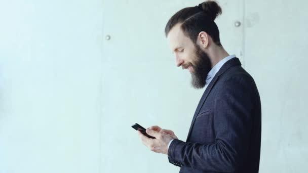 Happy obchodní muž procházení telefon kanceláře přestávku