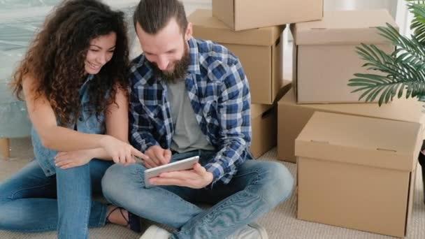 glückliches junges Paar neue Wohnung mit Spaß