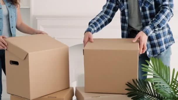 Umzug junges Paar packt Sachen aus