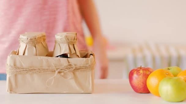 ruce láhve čerstvý džus krabice zdravé výživy