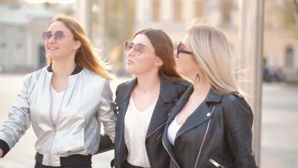 ženy přátelství šťastný besties chůze město ulice