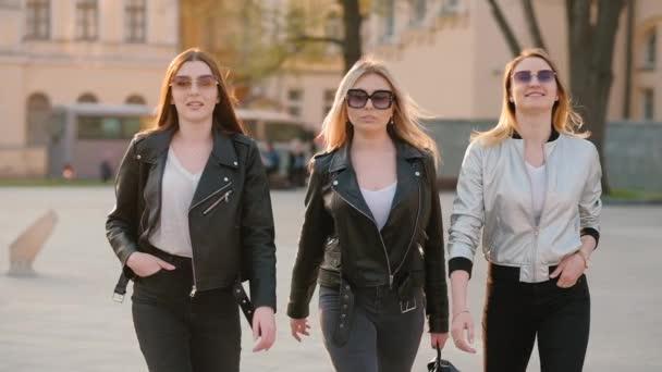 ženská kámošky sebevědomé dámy procházka ulicí