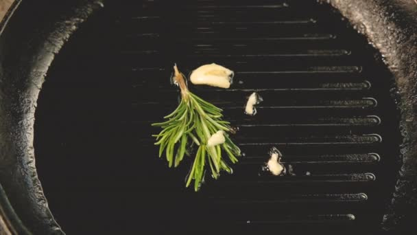 bylinky česnek rozmarkový olej horká rostlinná pánev
