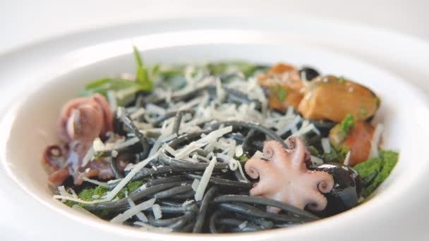 Italská potravinářská receptura olihně těstoviny strouhané čedar