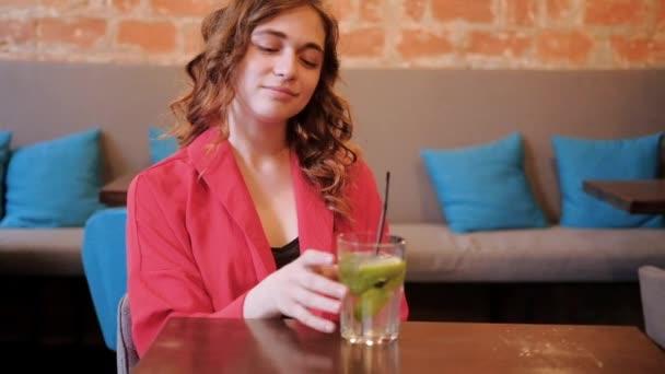žena čekající kavárna koktejl citronová voda aperitiv