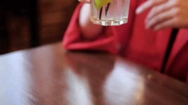 Frau trinkt unbeschwerten Zitronencocktail